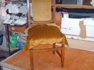 Rifacimento tessuto nel restauro di una sedia moderna