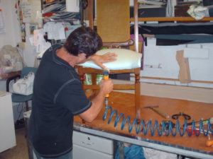 Dettaglio restauro sedia moderna