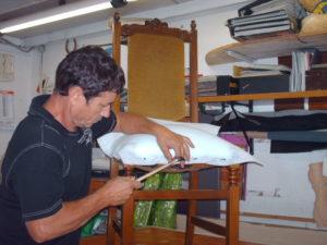 Dettaglio riparazione sedia moderna